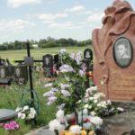 Памятник из гранита в форме цветка и его значение