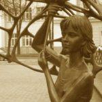 Памятник жертвам на Немиге в Минске — девочка с зонтиком