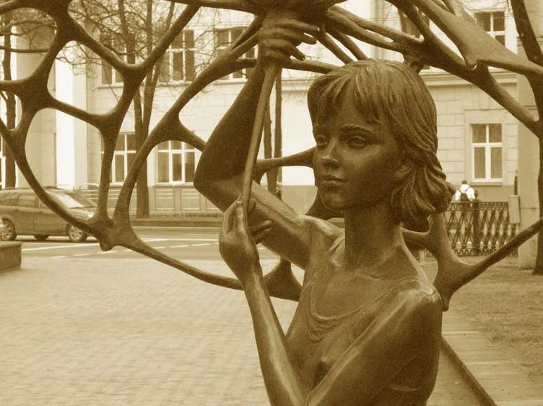 Памятник жертвам на Немиге в Минске - девочка с зонтиком