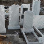 Памятники из мрамора и гранита — чем отличаются и что лучше?