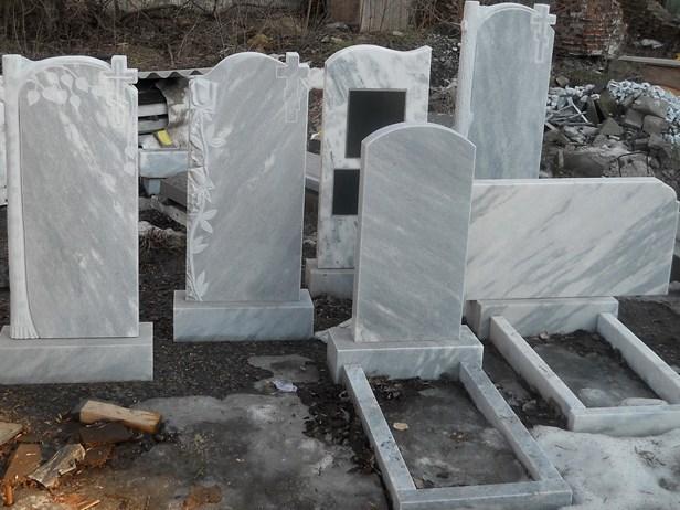 Памятники из мрамора и гранита - чем отличаются и что лучше?