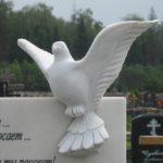 Памятник из гранита с голубем на стеле — значение и особенности