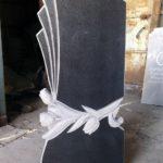 Оригинальный памятник с тюльпаном в форме веера — один из вариантов надгробия.